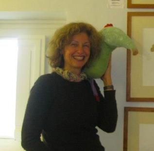 L'autrice Arianna Papini con uno dei suoi animali di pezza.