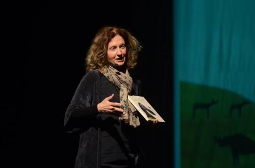 L'autrice durante la cerimonia di premiazione a Serra San Quirico lo scorso 2 maggio.